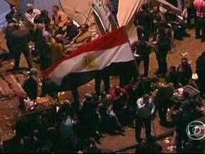 Manifestantes ocupam praça no Egito e protestam contra presidente - No Cairo, houve confrontos com a polícia e uma pessoa morreu. À noite, os choques se repetiram. Ativistas dizem que o presidente traiu os princípios da revolução ao baixar uma medida antidemocrática, que torna as decisões dele incontestáveis.