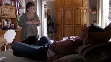 Théo conta para a mãe que seu noivado acabou - Ela tenta consolar o filho e garante não ter culpa de nada. Morena pensa em Théo