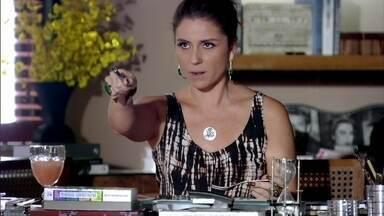 Helô garante para Creusa que não tem ciúmes de Stenio - A empregada insinua que a patroa ainda gosta do ex-marido. Sozinha, ela admite que sente alguma coisa