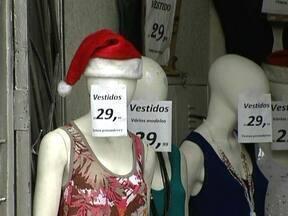 Festas do fim do ano fazem o comércio fechar as portas mais tarde - A correria das compras de Natal nas ruas de comércio popular vai ganhar mais um fôlego. A partir deste dim de semana, as lojas vão ficar abertas até mais tarde e também aos domingos.