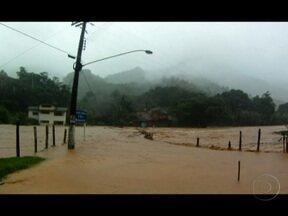Chuva provoca estragos no interior do Espírito Santo - Estradas e pontes que dão acesso ao município de Alfredo Chaves ficaram cobertas pela água. Helicópteros da polícia resgataram moradores de áreas isoladas pela inundação. A chuva, que começou na sexta (30), provocou alagamentos também no Centro.