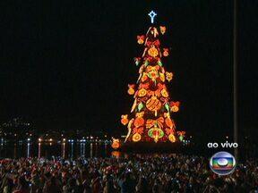 Maior árvore de Natal flutuante do mundo é inaugurada, no Rio - Um espetáculo musical e apresentação de fogos de artifício marcam a inauguração da árvore. A montagem levou três meses. Ao todo, 1200 pessoas trabalharam no projeto.