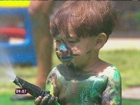 Momento fofura: bebês se esbaldam com os brinquedos - Crianças brincam com tinta e tiveram um banho de mangueira