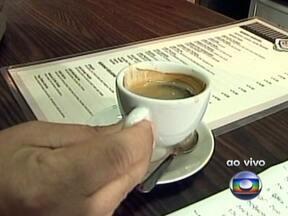 Brasil bate recordes na produção e no consumo do café - A safra brasileira deve passar dos 50 milhões de sacas, uma marca histórica. Cada brasileiro consome, em média, quase 5kg de café ao ano, o que equivale a 81 litros da bebida por pessoa.