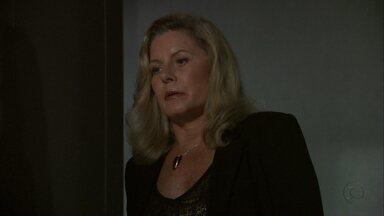 Irina manda tirar as medidas de Morena - Ela encomenda um vestido para a moça, que está desacordada depois de tomar o calmante que Irina lhe deu