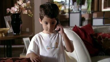 Junior liga para Théo - Lucimar mostra fotos de Morena em Istambul para Helô e nem percebe quando o neto pega seu celular. Théo se emociona com a ligação de Junior