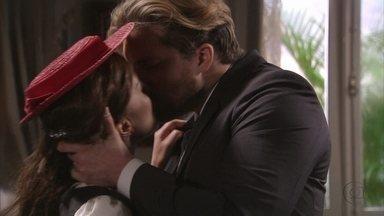 Edgar e Laura se beijam - Ele se declara e, no meio da discussão, um beijo apaixonado