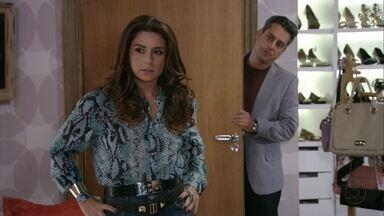 Helô fala para Stenio que Aisha pode ter sido traficada - Ela acredita que Berna esconde a verdade sobre a adoção de Aisha e avisa ao ex-marido que está passando informações para a Polícia Federal