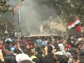 Presidente do Egito revoga decreto que ampliava poderes - Segundo um porta-voz, Mohammed Mursi resolveu anular o decreto que impedia o judiciário de questionar as decisões dele. Oposicionistas protestam há duas semanas contra o presidente na capital do Egito.