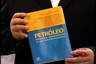Economistas lançam livro que critica a mudança na distribuição dos royalties do petróleo - Luiz Paulo Vellozo Lucas, um dos autores do livro, concedeu entrevista.
