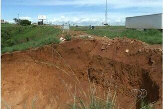 Erosão ameaça trecho da BR-060 em Alexânia, Goiás - Uma erosão às margens da BR-060, em Alexânia, ameaça a rodovia. O lugar fica a três quilômetros de onde um buraco levou uma das pistas da rodovia há dois anos.