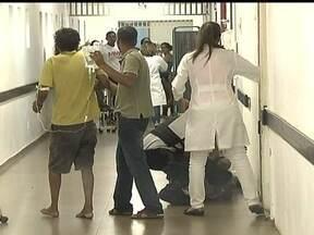 Paciente chega ao Hospital do Gama e é colocado no chão do corredor - O paciente teve uma convulsão na porta do Hospital do Gama e nenhum médico apareceu para atender. Um policial de plantão que ajudou a levá-lo para dentro do hospital. A fila para atendimento era grande neste domingo (9).