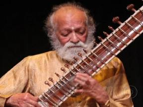 Músico Ravi Shankar morre aos 92 anos - Ravi Shankar gostava de misturar ritmos de diferentes culturas. Ensinou o beatle George Harrison e outros astros do rock a tocar o sitar, instrumento indiano tradicional.