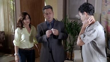 Stenio fica intrigado ao saber da câmera na sala de Haroldo - Lívia finge surpresa. O advogado pede para ela conversar com Berna sobre a adoção Aisha. Haroldo é avisado sobre as câmeras e encontra Lívia.