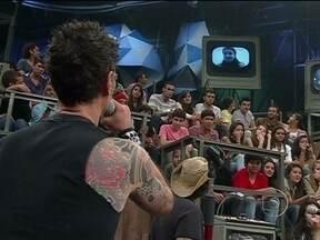 Capital Inicial conversa com fã no quadro 15 Segundos de Fama - Bruna conta que encontrou com o vocalista Dinho Ouro Preto e ele conversou com sua mãe