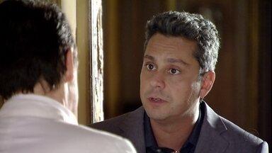 Stenio convence Mustafa a deixar Drika e Pepeu em Istambul - O advogado chega à casa de Berna acompanhado de Helô e Salete