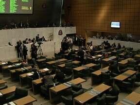 Deputados aprovam orçamento do estado para 2013 - Foi uma sessão longa, e quase às 3h30 da manhã de sexta-feira (21), os deputados aprovaram o orçamento do estado para o ano que vem. O valor passa de R$ 173 bilhões. É 10,5% maior que o orçamento deste ano.