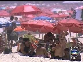 Cariocas lotam as praias no primeiro dia de verão - O verão começou às 9h11. Os termômetros no Rio de Janeiro marcaram 39ºC nesta sexta-feira (21). As praias ficaram lotadas desde cedo. Mas para manter uma organização, confira as atividades que são proibidas nas areias.