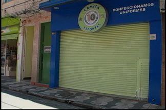 Comerciante é morto em Mogi das Cruzes - Um comerciante foi morto nesta quinta-feira (20) em Mogi das Cruzes. O crime aconteceu em frente à casa de um funcionário que vítima dava carona depois do expediente. A polícia vai investigar o caso, já que nada foi levado.