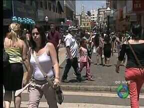 Movimento é grande no calçadão de Ponta Grossa - É preciso paciência para encontrar lugar pra estacionar e para enfrentar as filas nas lojas.