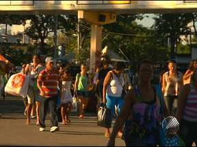 Movimento é intenso no terminal marítimo de São Joaquim na manhã desta sexta - No momento, três ferries fazem a travessia Salvador/ Ilha de Itaparica, das 5h às 23h30.