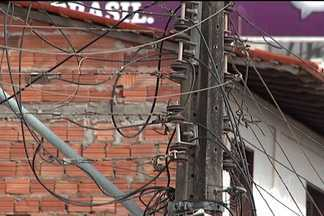 """Homem morre após levar choque num poste de iluminação - As irregularidades conhecidas como """"gatos"""" ou """"gambiarras"""" podem comprometer a qualidade da distribuição de energia. Outro problema está no fato de que os furtos são feitos por quem não tem conhecimento sobre eletricidade."""