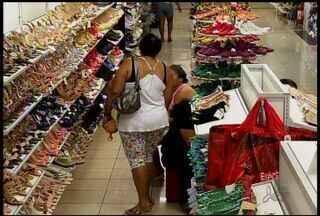 Brincadeira do amigo secreta movimenta comércio em Juazeiro do Norte - Amigos trocam presentes com pessoas sorteadas.