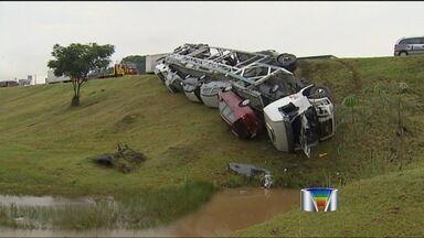 Acidentes com caminhões complicam trânsito na Via Dutra - Na Via Dutra, dois acidentes com caminhões complicaram o trânsito, no trecho de Caçapava (SP). Os dois aconteceram durante a madrugada mas houve reflexo em toda a manhã.