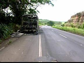 Ônibus pega fogo próximo ao Posto Tijuco em Uberaba, MG - Passageiros conseguiram sair do veículo a tempo e ninguém se feriu.'Suspeita é que tenha ocorrido problemas técnicos' , diz PRF.