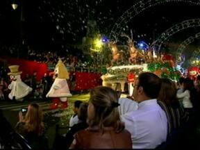Gramado comemora Natal com ruas enfeitadas e belos espetáculos - São dois milhões de lâmpadas decorando árvores e monumentos. A cidade ainda tem apresentações artísticas de rua e espetáculos ao ar livre.