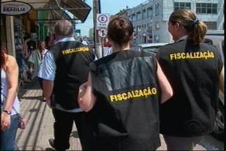 Fiscalização no comércio em Joinville - Uma fiscalização no comércio de rua em Joinville está coibindo excessos e irregularidades na jornada de trabalho.