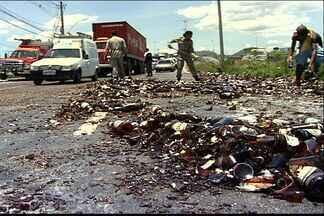 Carga de cerveja cai de caminhão e vidro se espalha por rodovia do ES - Carros passavam com cuidado pela Darly Santos para pneus não furarem.