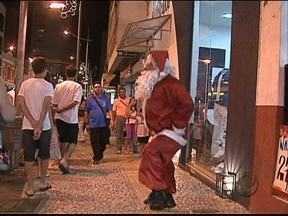 Consumidores aproveitam o comércio aberto até mais tarde - Até segunda-feira as lojas tem horário especial de Natal.