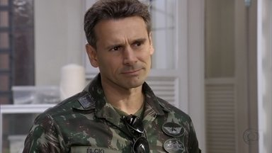Élcio avisa a Érica que precisa conversar com ela - Ele diz que passará na casa da tenente à noite e Márcia aconselha a amiga a sair