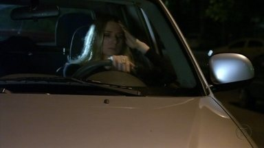 Élcio quebra restrovisor do carro de Antônia - A loira se choca com a grosseria do capitão