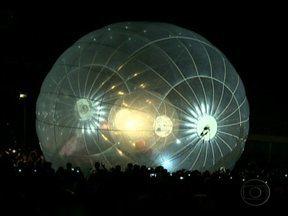 Orquestra e acrobatas são destaques no Natal de Brasília - A Esplanada dos Ministérios ganhou iluminação especial. Sessenta e cinco mil lâmpadas formam um portal. Acrobatas, bonecos gigantes e a Orquestra Sinfônica de Brasília são os protagonistas da apresentação.