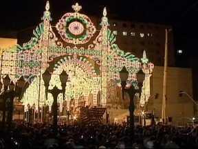 Espetáculos natalinos são tradicionais em Curitiba - Bailarinos acrobatas ajudam a contar a história do nascimento de Jesus. São 50 mil lâmpadas coloridas, que criam a ilusão de um túnel. As janelas do Palácio Avenida se abrem para a apresentação do coral de Natal, formado por crianças.