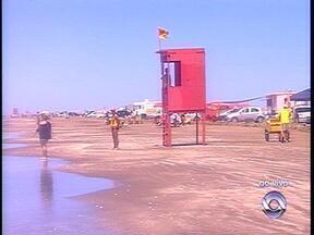 Chuva se afasta e sábado (22) é de sol na Praia do Cassino, RS - Banhistas aproveitam o tempo bom para ir à praia.