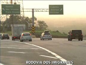 Veja como está o trânsito nas principais rodovias de São Paulo - Esta sexta-feira (28) promete ser um dia bastante complicado pra quem for deixar São Paulo. A previsão é que 1,8 milhão de carros devem deixar a cidade. Veja como está a saída do paulistano e também os melhores horários.
