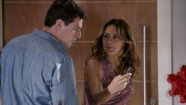 Lucimar mostra mensagem de Morena para Théo - Ele fica indignado com o suposto descaso de Morena com o desaparecimento do filho