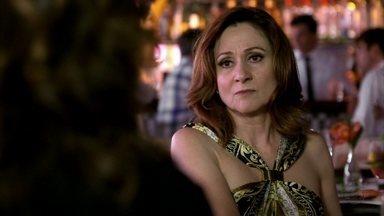 Berna se encontra com Wanda - Creusa fica desconfiada quando a esposa de Mustafa sai de casa. Ela entrega para Wanda o dinheiro que pegou do marido