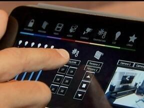 Conheça as tecnologias que vão facilitar o dia a dia - Máquinas leem a impressão digital, dispensando o uso de senhas. Alguns refrigeradores dão recados e até avisam se está faltando comida. O comando centralizado reúne os controles remotos.