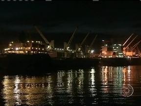 Embarque de grãos também está sendo feito durante a noite no Porto de Paranaguá (PR) - Graças a uma obra de dragagem no porto, desde novembro de 2012, grandes embarcações estão atracando mesmo durante a noite. E os navios não precisam mais aguardar o amanhecer para deixar o terminal.