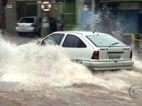 Carro afunda em cratera criada por chuva em Campo Grande, no MS - Com a chuva intensa, em poucos minutos, abriu-se uma cratera no chão da via. O carro foi engolido pelo buraco. O motorista escapou por pouco, sem nenhum arranhão. Um morador gravou o incidente com o celular.
