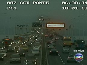 Veja a situação do trânsito no Rio nesta quinta-feira (10) - Trânsito bom na Linha Vermelha em direção ao Centro. Acidente com carreta deixa a pista lenta na BR-040, no sentido Minas. Motorista enfrenta retenções na Ponte Rio-Niterói, na altura do pedágio, no sentido Rio.