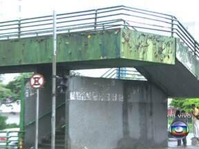 Passarela de Congonhas tem sinais de ferrugem e buracos visíveis - A situação da passarela de Congonhas, que passa por cima da Avenida Washington Luiz, é complicada. Há um ano, a estrutura sofre com ferrugem e buracos