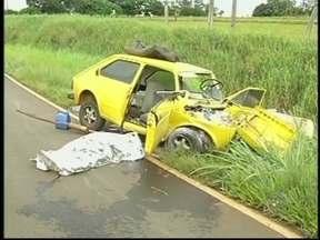 Carro bate em mureta de rodovia e uma pessoa morre em Tarumã, SP - Uma pessoa morreu e duas ficaram feridas em um acidente no começo da noite de quarta-feira (9) na rodovia Miguel Jubran, em Tarumã (sp). O acidente aconteceu por volta das 18h30 e as vítimas voltavam do trabalho para casa.