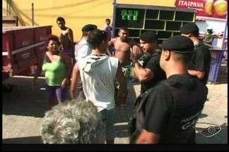 Prefeitura de Piúma, no ES, retira barracas de ambulantes com trator e causa confusão - Administração disse que comerciantes foram avisados com antecedência