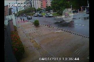 Imagens de circuito interno mostram tentativa de homicídio em Belém - Um homem que estava de bicicleta passando do outro lado da rua foi abordado por dois bandidos de moto.