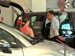 Venda de veículos novos em MT superou a média nacional em 2012 - A venda de carros e utilitários novos em Mato Grosso superou a média nacional em 2012. Nas revendedoras e concessionárias, o clima ainda é de otimismo mesmo com o fim da isenção do IPI.